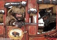 《八恶人》发布新剧照 两糙爷雪中大逃亡